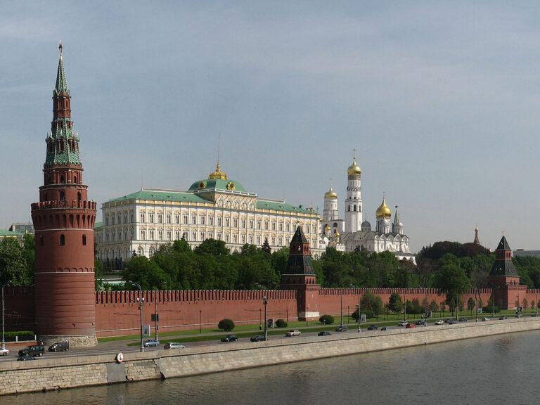 Kremlin Fights US Sanctions, Backs Maduro
